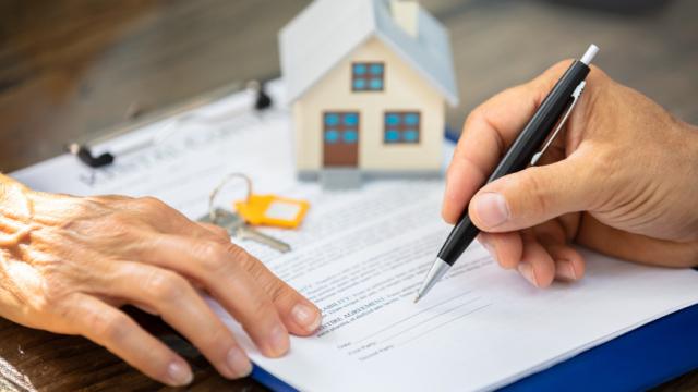 Как передать квартиру и что выгоднее – подарить, продать или передать по наследству? Советы юриста