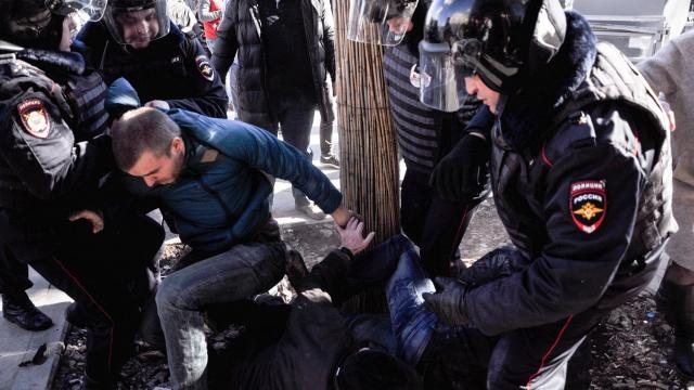 Юрист разбирает протесты с точки зрения закона: что разрешено и что запрещено