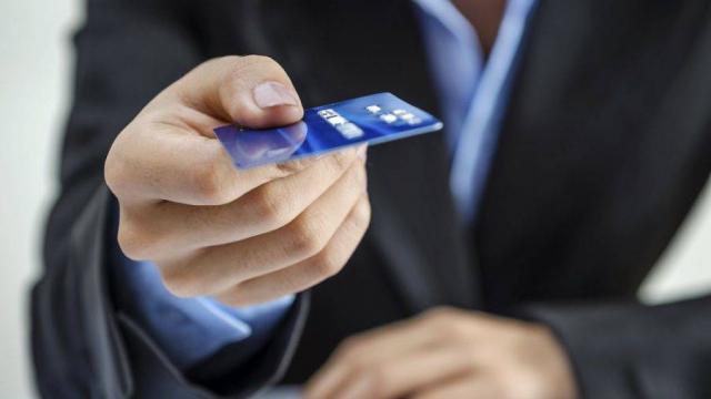 Банковский фокус: Почему образуются долги по дебетовым картам и как от них избавиться