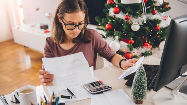 Работа в Новый год. Кто будет трудиться и сколько за это заплатят